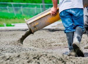 заливают бетон