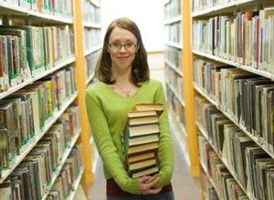 Библиограф с книгами