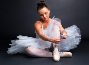балерина готовиться к выступлению