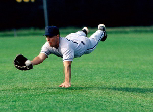 бейсболист ловит мяч