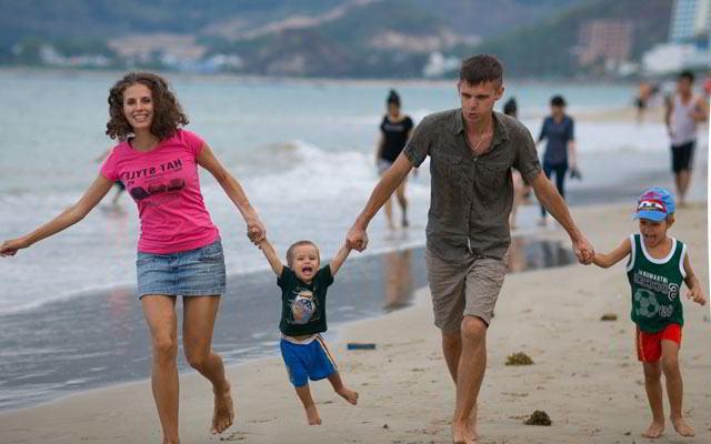 родители держат детей за руки, вьетнам